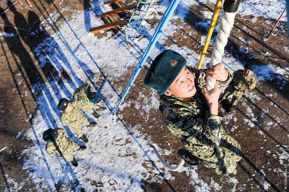 После обеда проводятся занятия – строевые тренировки, стрельбы, боевая подготовка и даже отработка приемов защиты...