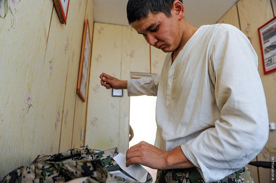 Дважды в день солдатам выделяют по 30 минут для личных потребностей. Жулдуз рассказывает:  – В это...