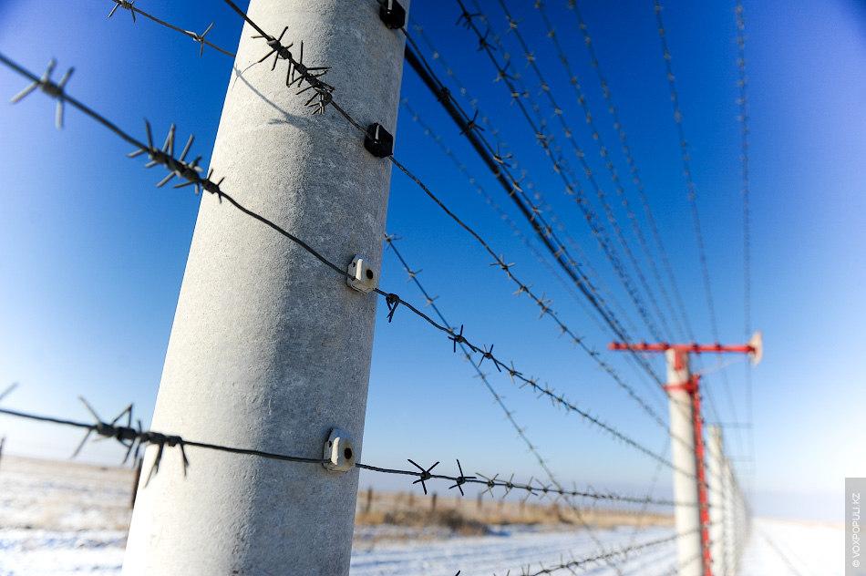 Для охраны границы используется рубеж основных инженерных сооружений и заграждений. Он состоит из сигнализационного комплекса...