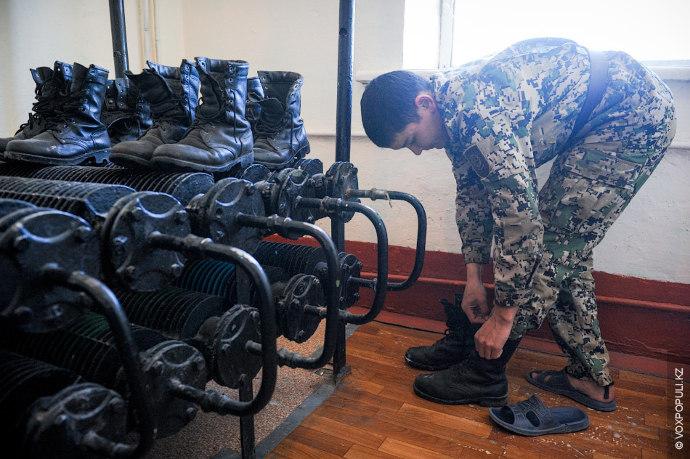 Чтобы высушить обувь и носки, на ночь их оставляют на радиаторах отопления.