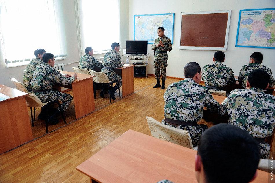 Ближе к вечеру начинается правовая и воспитательная работа. Офицеры разъяснят солдатам основы казахстанского законодательства, уголовного...