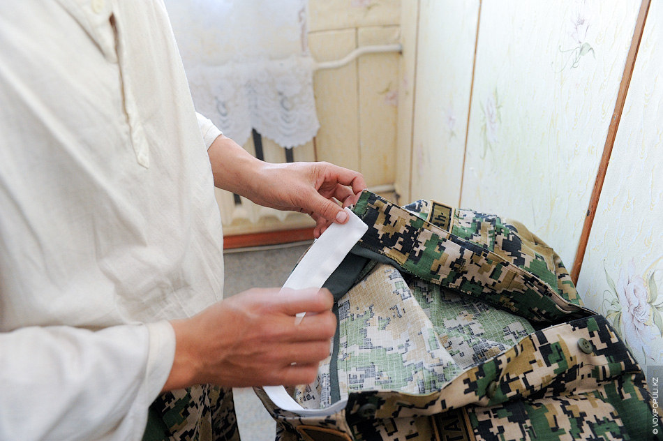 Каждый вечер солдаты уделяют часть своего времени на уход за своим обмундированием. Они подшивают чистые...