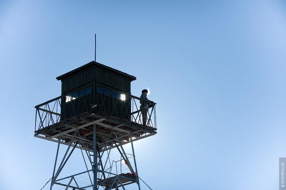 Для охраны границ также применяются наблюдательные вышки. Одна из них расположена прямо на КПП, перед...
