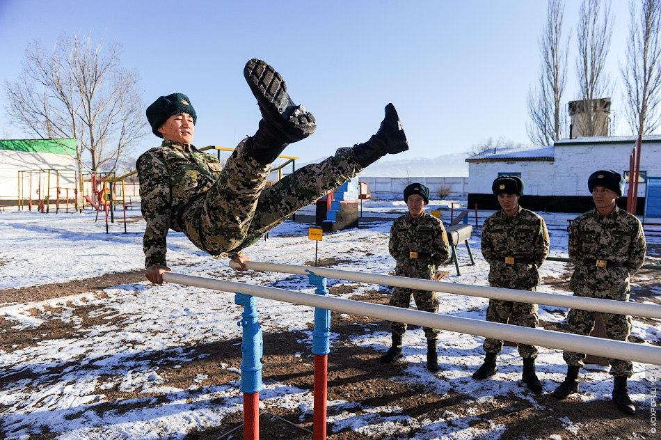 Площадка за казармой оборудована спортивными снарядами. Есть специальная полоса препятствий, но в зимний период солдаты...