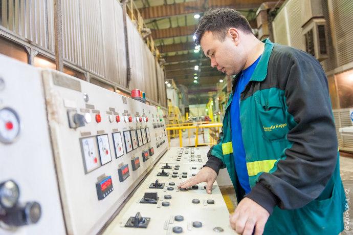 Процесс переработки макулатуры состоит из нескольких этапов и постоянно контролируется.