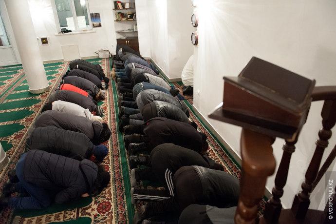 После утреннего занятия спортом имам, совершив омовение, отправляется в мечеть. Там, вместе с другими прихожанами...