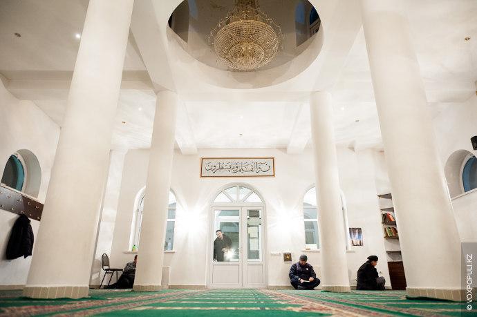 В исламе каждый мусульманин обязан ежедневно совершать пятикратную молитву (намаз). Каждая совершается в определенное временя....
