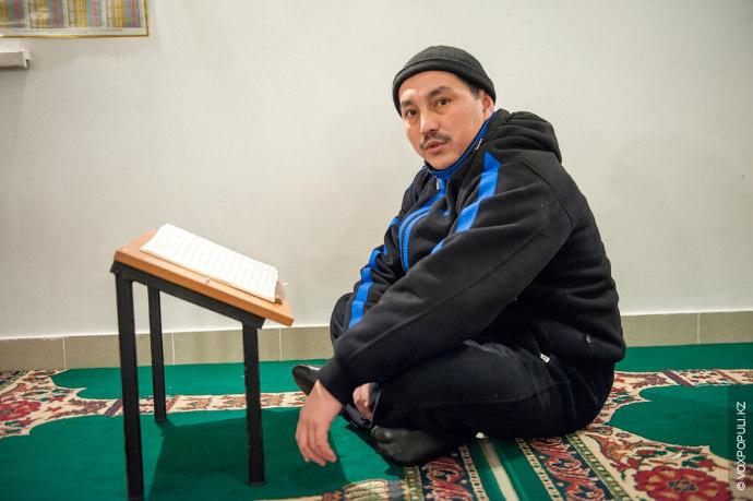 Если Тулепберген Жакиев не успевает доехать до своей мечети, он совершает намаз в храме, который...
