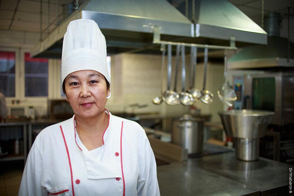"""Мастер-класс по приготовлению классического куырдака нам дала шеф-повар ресторана казахской национальной кухни """"Гәкку"""" Гульназ Каипова"""