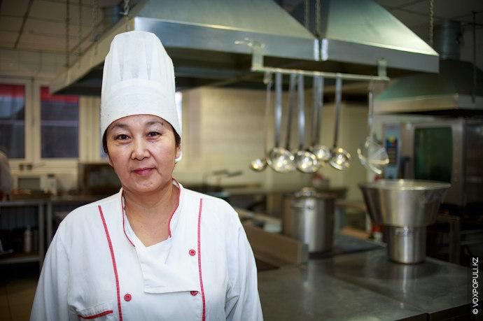 Мастер-класс по приготовлению классического куырдака нам дала шеф-повар ресторана казахской национальной кухни
