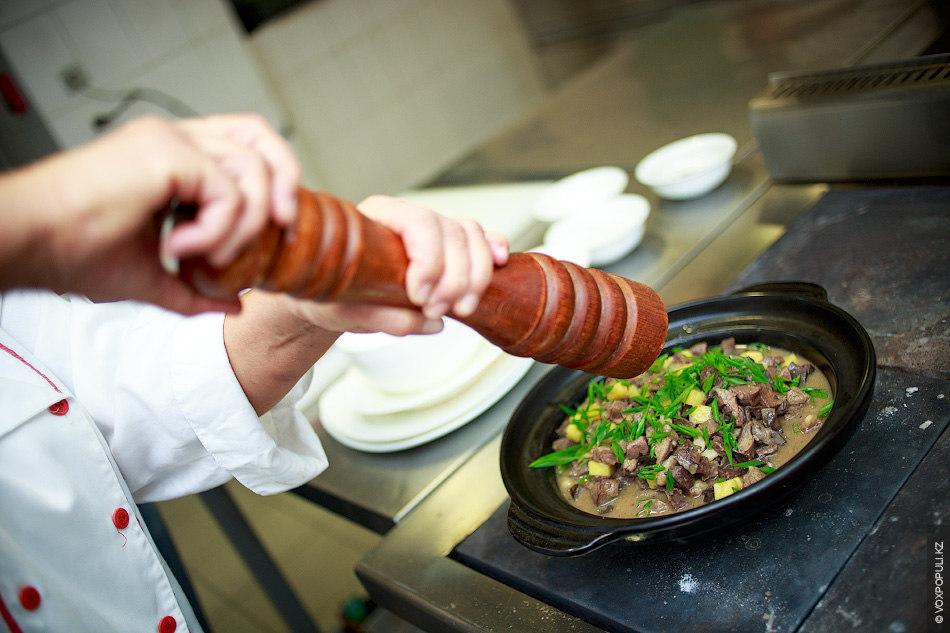 Можно добавить немного черного перца и украсить еду мелко нарезанным зеленым луком