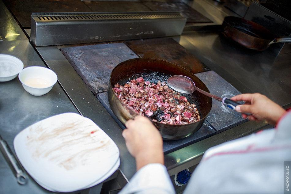 Начинаем процесс жарки. Особое значение имеет очередность добавления ингредиентов. Первым на сковородку отправляются кусочки легкого...