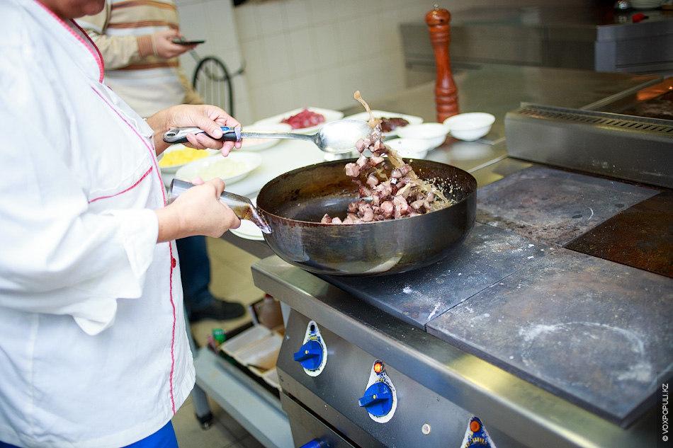Во время приготовления субпродуктов очень важно постоянно помешивать их, чтобы не пережарить и сохранить нежный...