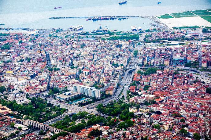 В хаотичной застройке разных веков. Кажется, что застройка в Стамбуле не останавливается ни на секунду....