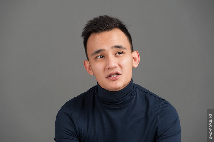 Али Окапов, музыкант, также занимается музыкальным продюсированием. Окончил КазНАИ имени Жургенова по специальности