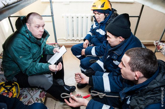 Обязательно проводится инструктаж по технике безопасности. Помогая людям, спасатель часто рискует своим собственным здоровьем.