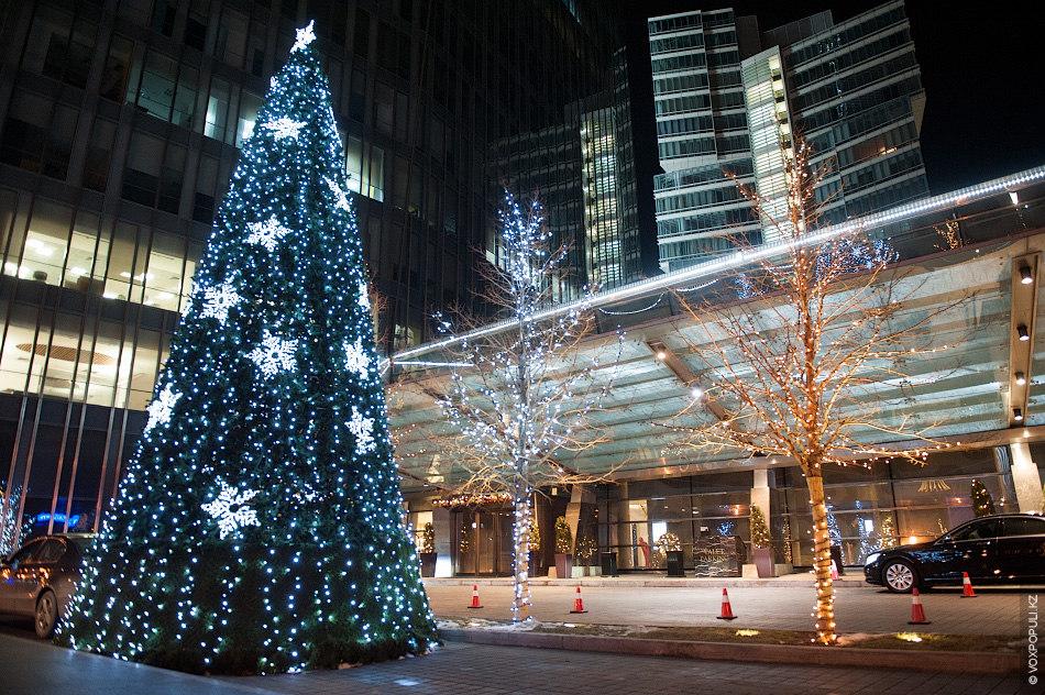 Почти возле всех ТЦ в Алматы и Астане есть новогодние елки и каждая из них...