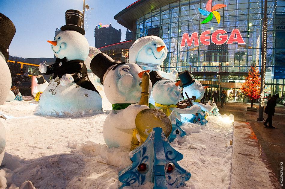 Также к ТЦ Mega с гастролями приехали музыканты-снеговики