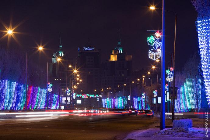 Тем временем наши фотокорреспонденты прогулялись по улицам Астаны и Алматы, где царит праздничная атмосфера и...