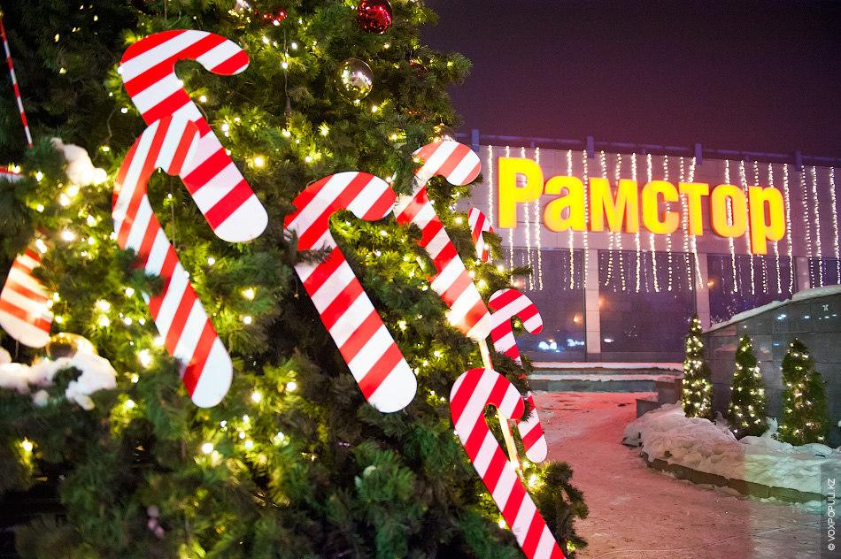 Также возле супермаркета стоит елка, которую украсили красно-белые леденцы в форме посоха