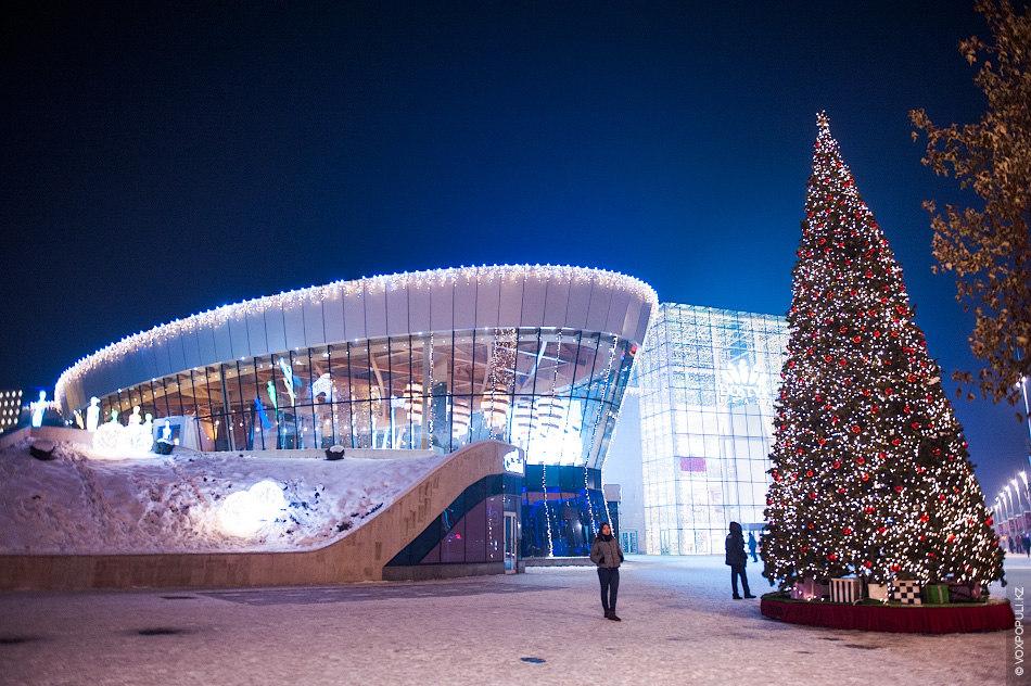 Такую вот елку установили перед входом в Dostyk Plaza (Алматы). На фоне зеленой красавицы посетители...