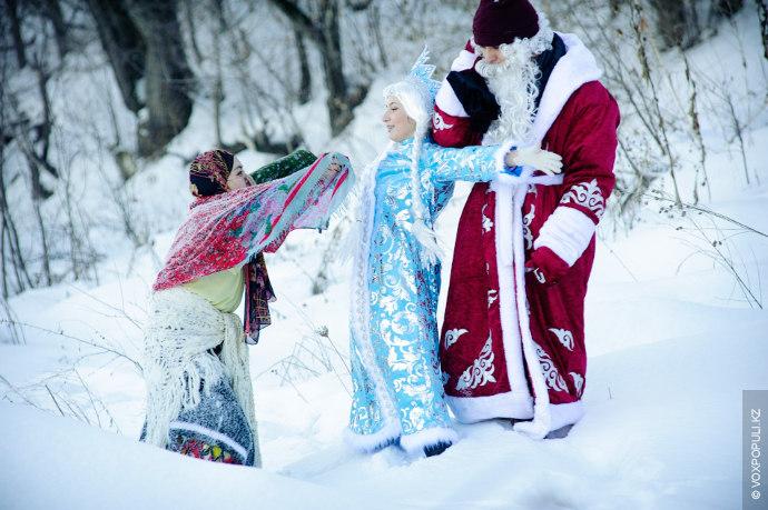 Раз-хвать, два-хвать,  нет сил удержать. Дед Мороз идет и ухом не ведет, а позади...