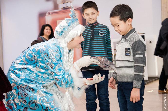 Пошли Дедушка Мороз и Снегурочка по городу в поисках самых послушных и добрых детишек. Первыми,...