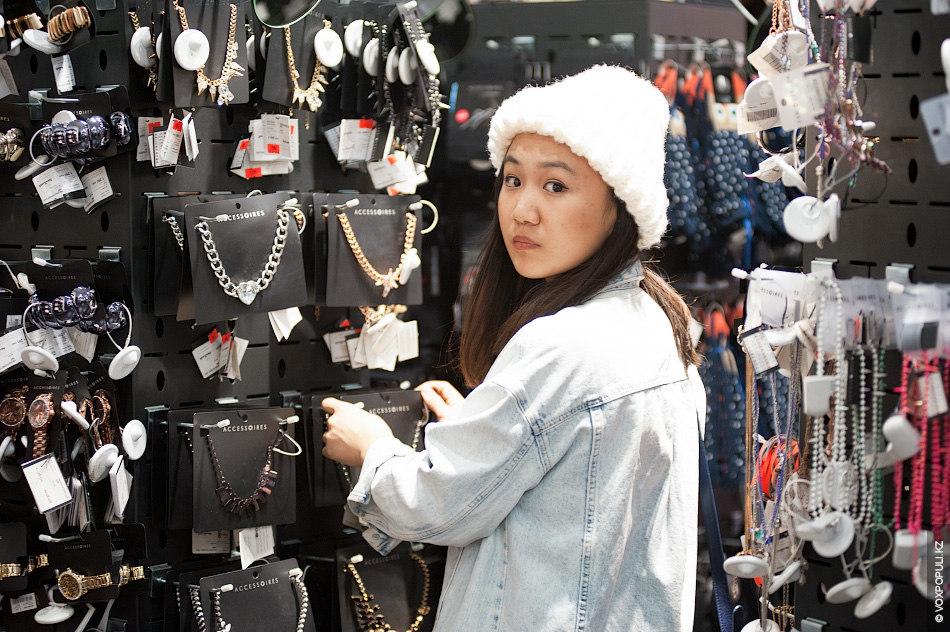 Модный блоггер и дизайнер Салтанат Картжанова продолжила с нами поиски новогодних нарядов. Чтобы найти доступные...