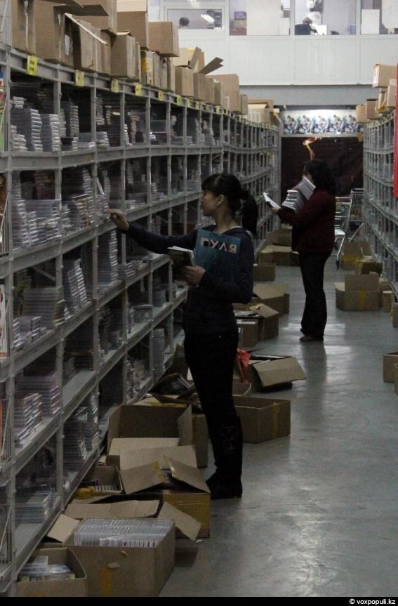 Оттуда товар ежедневно расходится по магазинам всего Казахстана
