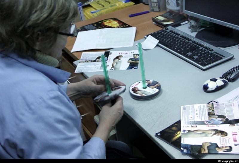 Ирина, менеджер учета, готовит комплектации с заданием – диски и полиграфию для последующей сборки