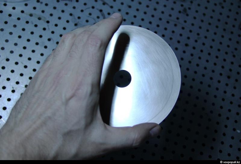 Стампер - это металлическая пластина с точным изображением информации. Вот в этой штуке и...