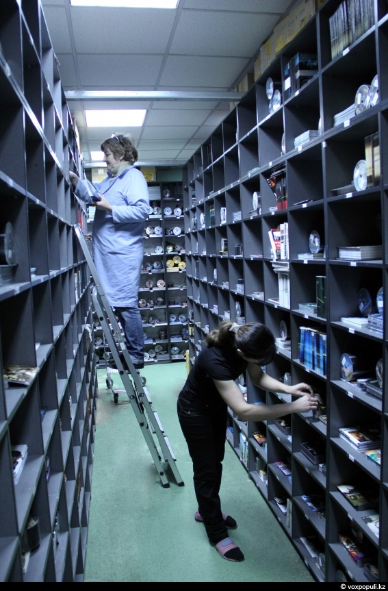 Готовые диски поступают на склад временного хранения, где все расположено в алфавитном порядке.