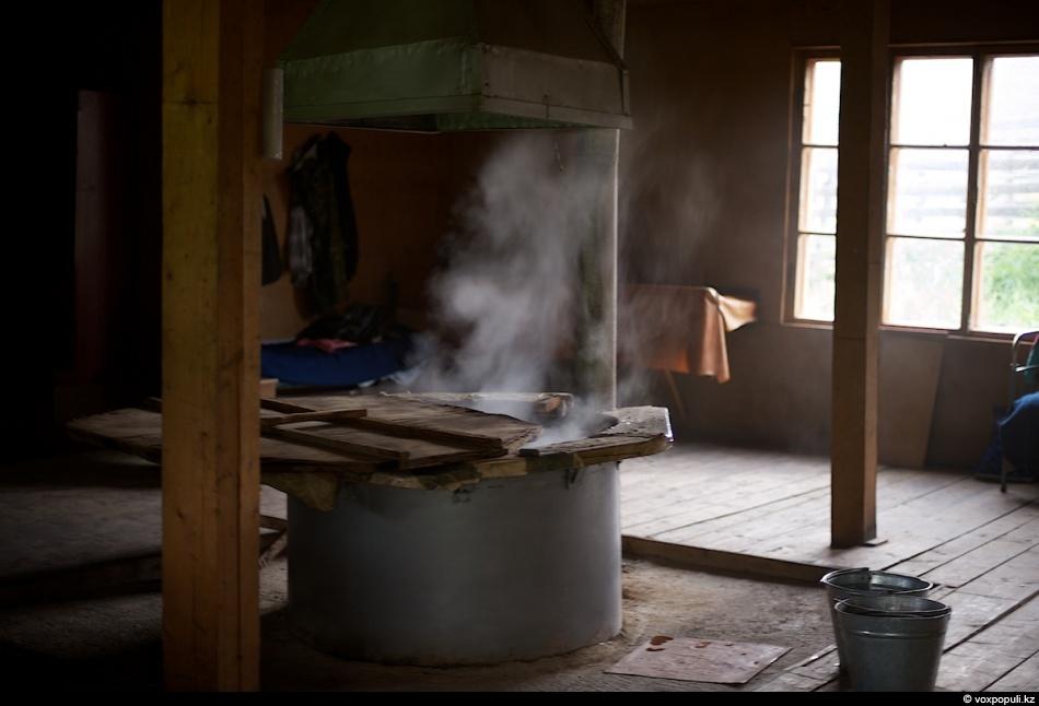 Вода в чане должна закипеть до нужной температуры, примерно 85 -100 °С