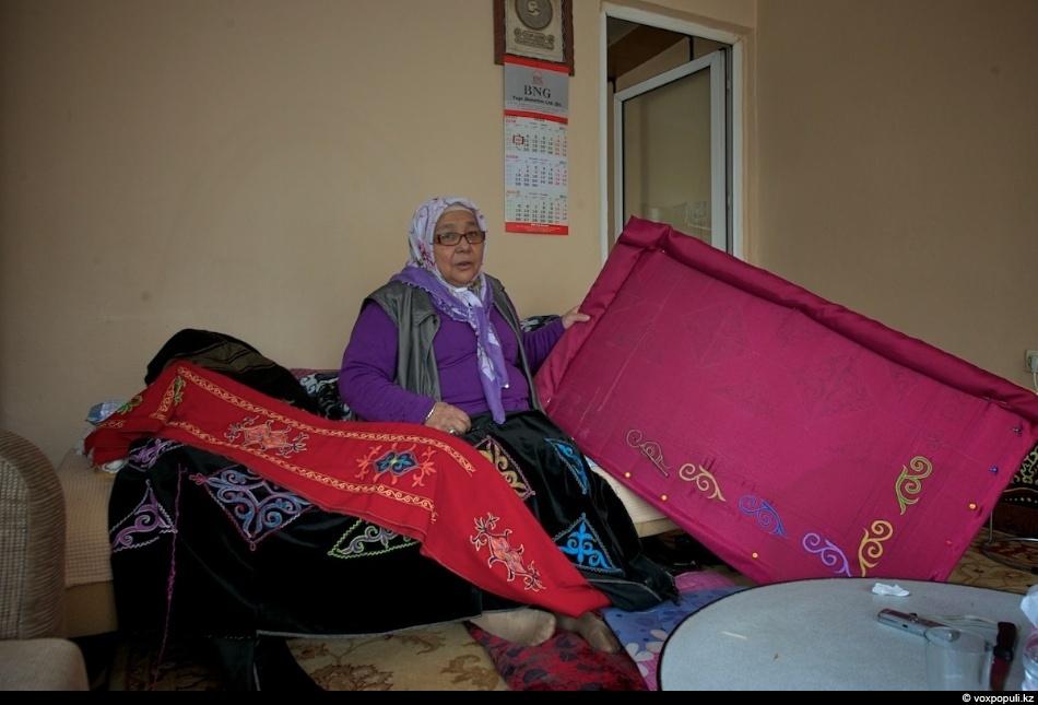 Если Ахмед Акисдержит швейный цех, то его соседка Катипан-апа шьет и вышивает вручную национальные постельные...