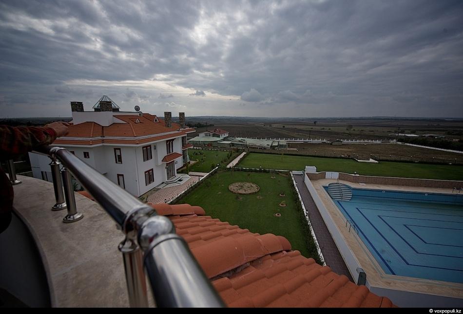 - Десять лет назад в 30-ти километрах от Стамбулаприобрелземлю, купил лошадей, скот, поставил юрты -...