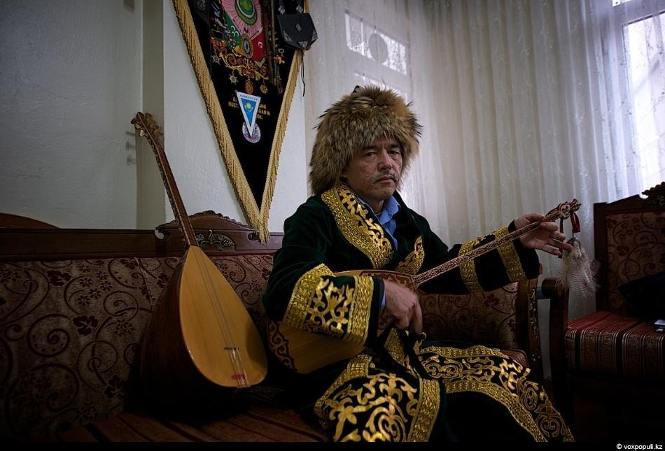 Это музыкант Мустафа Буйырган. Родился в Турции в 1959 году. Вначале он научился играть турецкую...
