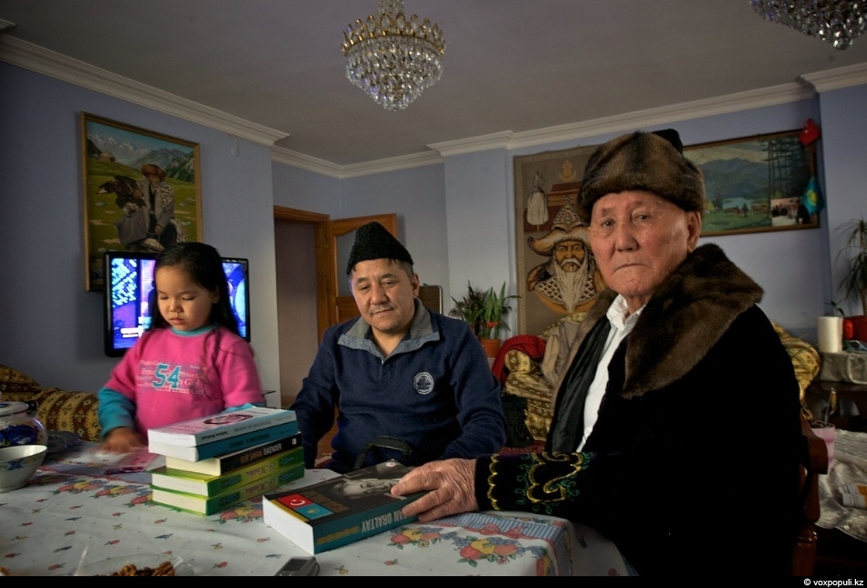 - Я родился в 1921 году, - рассказывает Куланбай-кажы. - В 30-е годы большая группа...