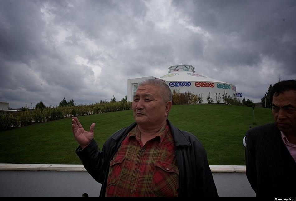 - Мой дед родом из Коктогая Восточного Туркестана, - рассказывает Абдулмансур Акжол. - Как и...