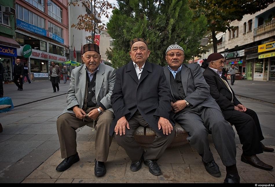 Вернувшись в город, мы спешим в мечеть, чтобы застать старейшин казахской диаспоры, которые, к сожалению,...