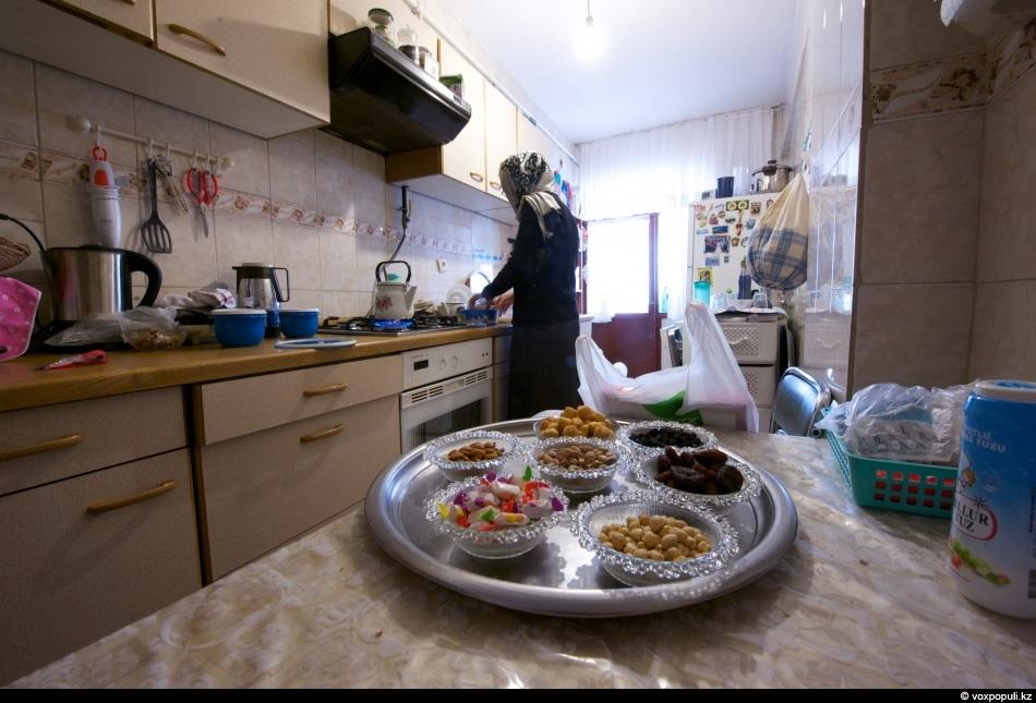 После разговора Абдулвахап приглашает к себе домой выпить чаю. Его супруга тоже казашка, но родом...