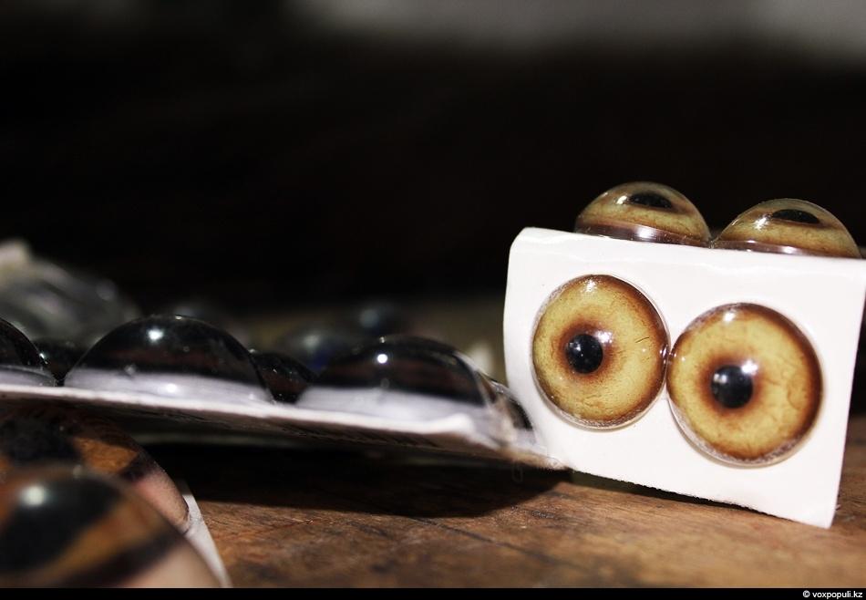 Тщательно подбирают соответствующие данному животному искусственные стеклянные глаза. Нужно точно соблюсти размеры, окраску и форму...