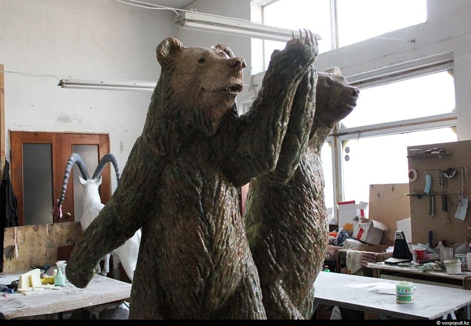 Тем временем, в соседнем цехе статую медведей покрыли полиэфирной смолой