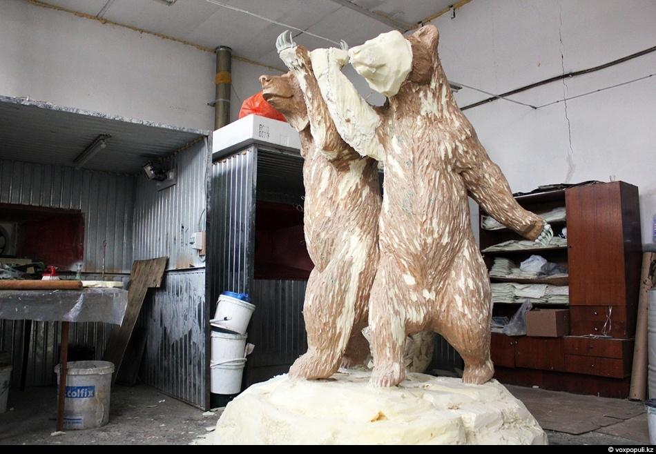 Параллельно в цеху идет работа над скульптурой двух медведей в позе рабочий и колхозница, которые...