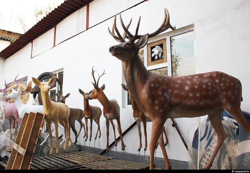 Во дворе студии стоит большое количество парковых скульптур. Компания кроме таксидермии занимается изготовлением таких вот...