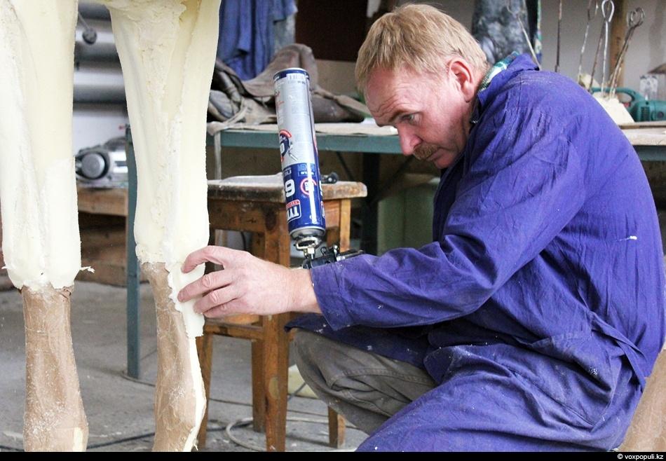 Понаблюдать за процессом изготовления чучела животного нам удалось благодаря Александру Редрееву, таксидермисту с большим стажем,...