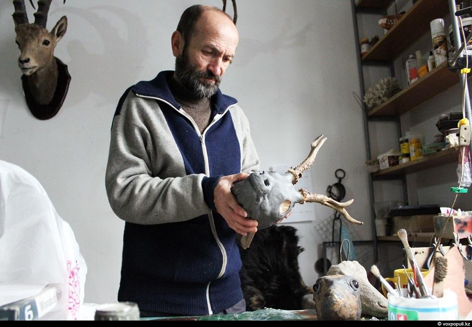 Чучела средних и крупных животных создавать трудно - тут кроме техники нужны еще художественные способности...