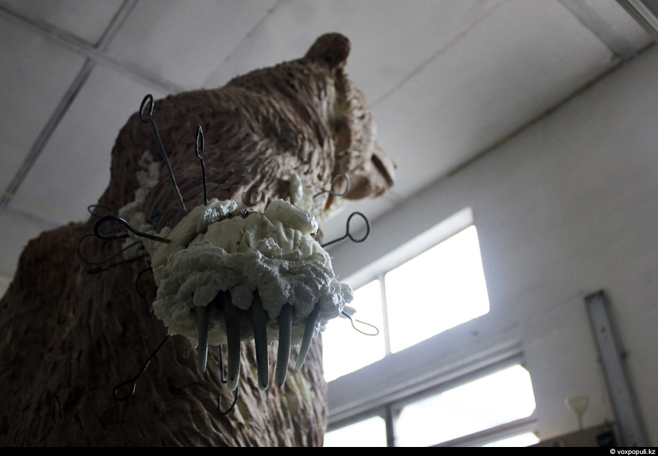 Для скульптуры используются пластиковые когти, которые отлиты по подобию настоящих