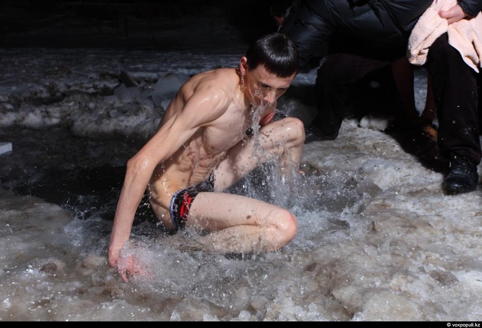 купание в проруби голышом  VideoLike