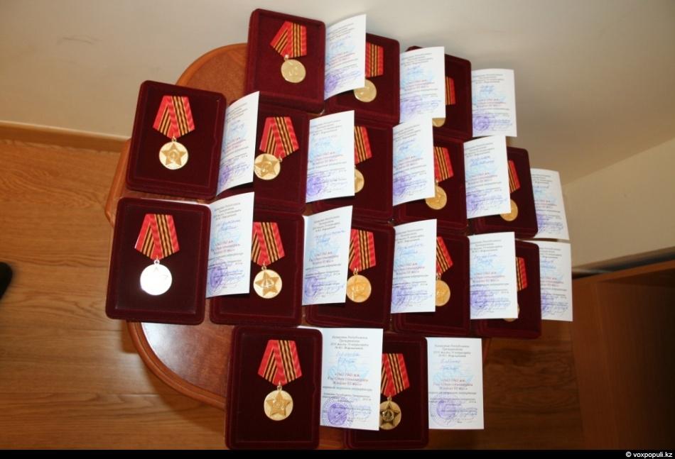 Были вручены памятные подарки 430