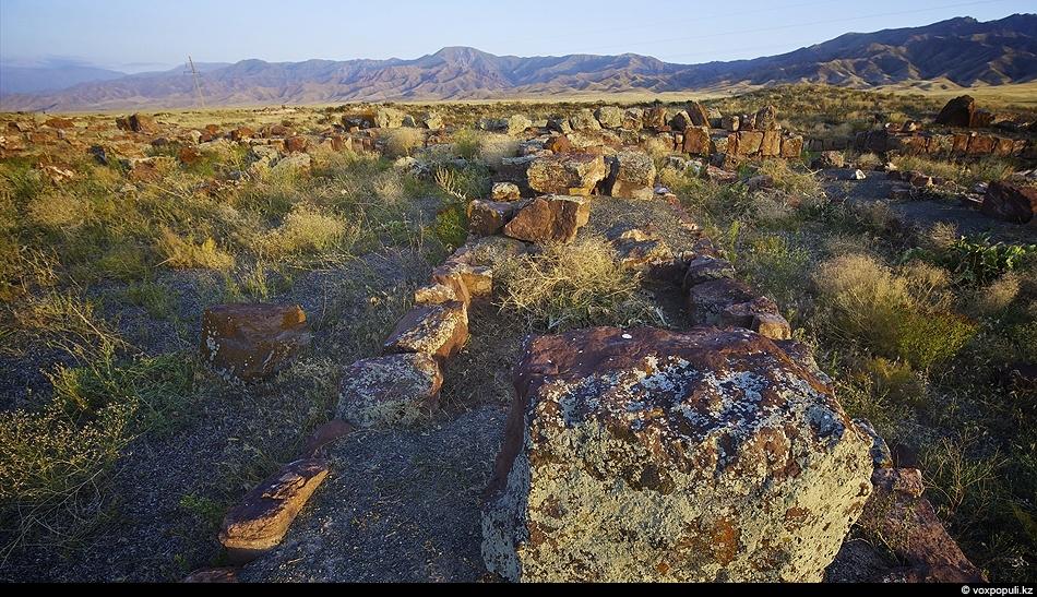 Развалины Акыртаса в окрестностях Тараза. Исследователи все еще спорят кто построил это огромное сооружение из...
